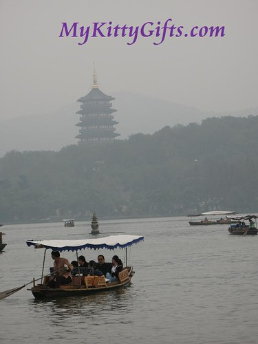 Hello Kitty enjoying View of Beautiful Scenery of West Lake, HangZhou together with a Relating Poem by Su Dongpo