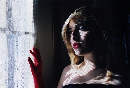 フリー写真素材, 人物, 女性, 窓辺, 金髪・ブロンド, ドレス, アメリカ人,