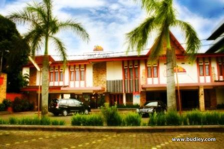 Lingga Hotel - Large Parking Area