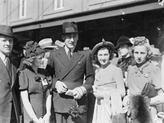 [Men's and women's fashion, Sydney Cup, Randwick, 1937], March 1937 / Sam Hood