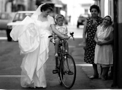 ricordi... (cagiflickr) Tags: wedding donna women strada estate bambini olympus bn basilicata mamma donne sorriso piazza ricordi amore matrimonio bianconero biancoenero sposa coppia giovani bicicletta coccole centrostorico lucania venosa quartiere sorrisi bwemotions lucane quartieri olympusom1n comeravamo vicinato tenerezze bnpersone cagi yourcountry blackwait neroamet