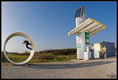ga08_0083 (Andreas Mohaupt I Photography) Tags: people men fall sport germany fun bayern deutschland bavaria skateboarding vinz extreme herbst lifestyle bluesky menschen gasstation bluebird blauerhimmel garching spass mnner fullpipe tankstelle extrem ivi wwwandreasmohauptcom ganzerhre