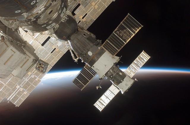 Soyuz_TMA-9_at_ISS_(NASA_S116-E-06753)