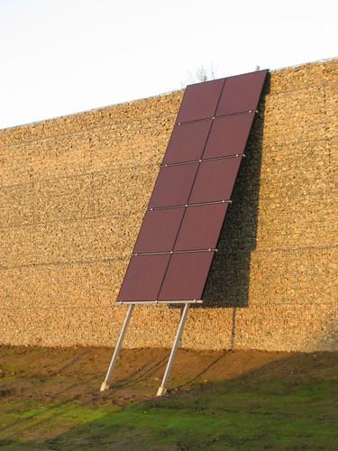 Lärmschutzwand mit zehn Photovoltaikmodulen