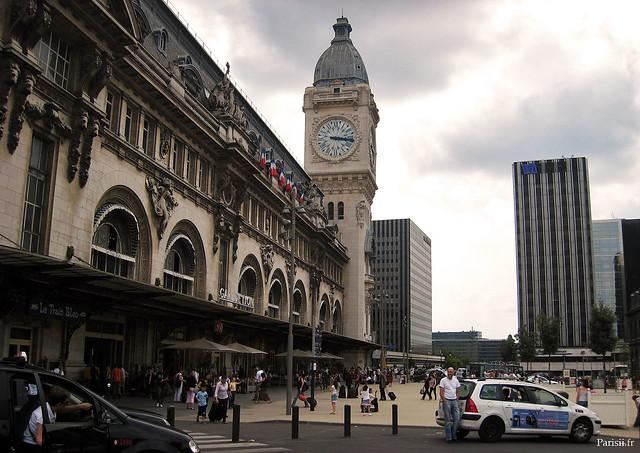 La tour de l'Horloge, avec derrière les tours du quartier d'affaires