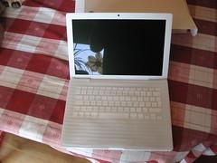 Ausgepackt und aufgeklappt (Michel Balzer) Tags: apple unpacking macbook