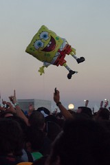 Ola! - SpongeBob, crowd surfing on air (kbyrne01) Tags: holiday festival spain balloon spongebob ola elejido lastfm:event=475123
