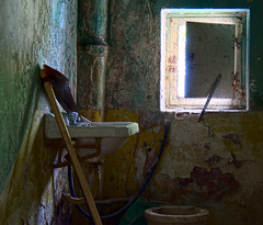 Belleza de un retrete (Nacho Daz) Tags: light red white green luz window colors beautiful yellow canon catchycolors ventana rebel toilet colores dirty wc favoritas fav favs nacho belleza ignacio luminoso faved suciedad retrete sucio daz xti 400d idiazblanco idiaz