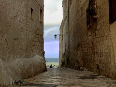 (_Blaster_) Tags: street windows sky people italy woman man clouds buildings strada italia nuvole fuji f30 cielo finepix salento puglia blaster lampione ragazza coppia ragazzo edifici finestre ostuni calce chianche fujif30 aplusphoto