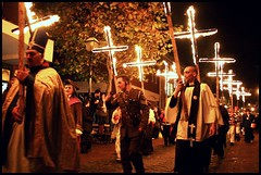 (caravinagre) Tags: uk light england pope men night children fire women catholic unitedkingdom guyfawkes parade desfile bonfire papa procession fuego adults society eastsussex lewes bonfirenight petardos catlico procesin gunpowderplot rememberremember 5thofnovember