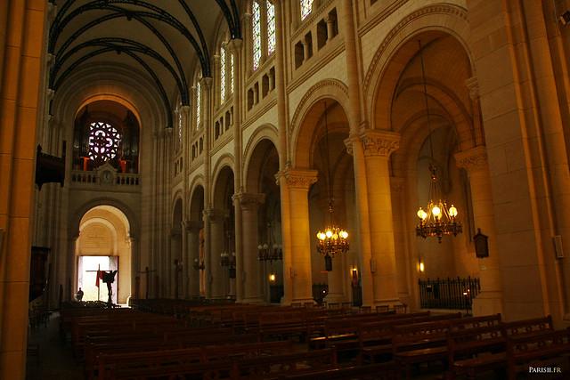 Vaisseau central, d'architecture néo-romane et néo-gothique