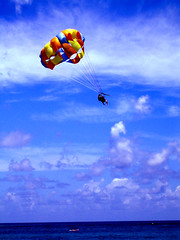 Repubblica Dominicana, Parasailing (esinuhe69) Tags: blue sea sky color colors clouds nuvole mare dominican republic blu cielo parasail dominicana caribbean lovepeace parasailing caraibi repubblica paracadutismo blueribbonwinner paracadute supershot bej abigfave platinumheartaward fiveflickrfavs damniwishidtakenthat esinuhe69