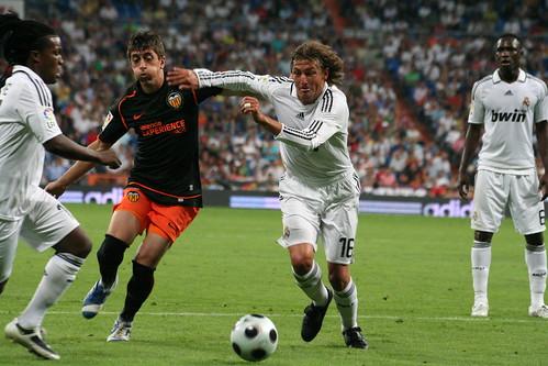 Drenthe y Heinze luchando por el balón