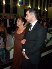 Tiago entra na igreja com sua mae
