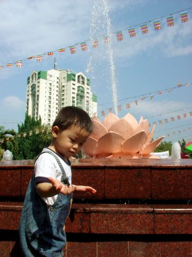 Wesak Day @ Buddhist Maha Vihara, Brickfields 2005 - 21 cute lad