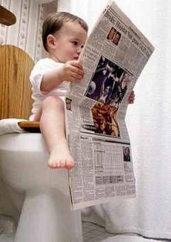 Niño leyendo el periodico
