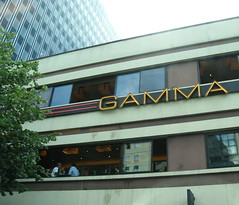 Lunch chez Gamma (Robert Saucier) Tags: sky paris france building window architecture ciel fentre img7656