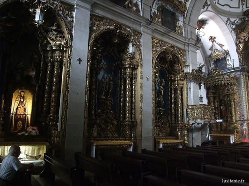 As decorações são baseadas em madeira pintada a ouro, talha dourada