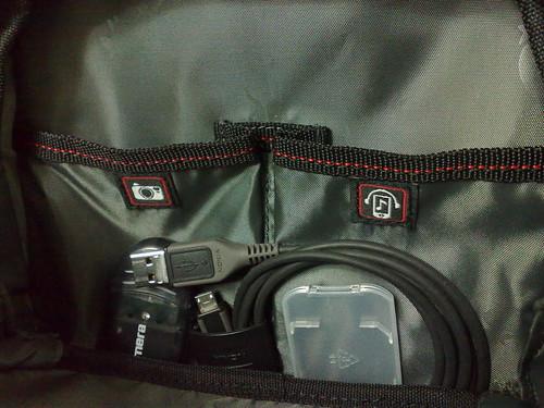 前袋可放數位相機 & 隨身聽