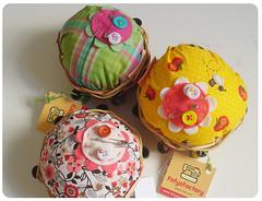 Feito bolinhos. (Carol Grilo • FofysFactory®) Tags: flores flower handmade crafts flor felt pins carolgrilo pincushion feltro needles fofysfactory alfineteiro