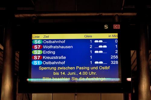 Die S2 nach Erding ist die letzte — in 258 Minuten wird kein Zug kommen. Kurz danach werden die Anzeiger außer Betrieb genommen.