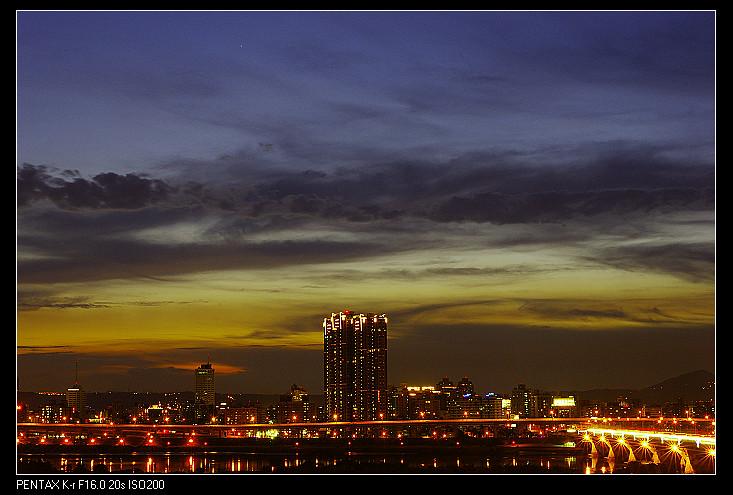 洛陽停車場夕彩─生命重要還是照相重要?