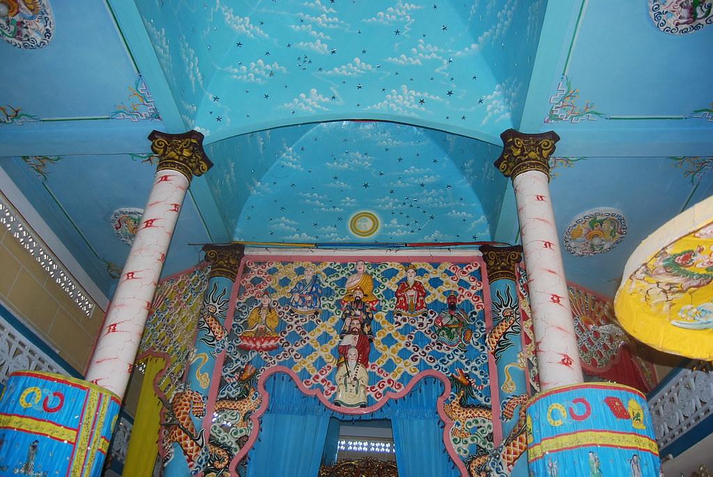 Altar de un templo caodaísta