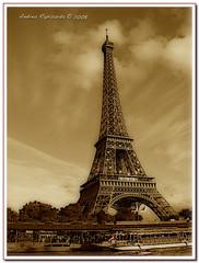 Eiffel tower in sepia (Andrea Rapisarda) Tags: paris france beauty sepia eiffel chapeau francia bellezza parigi seppia incanto sonycybershoth9 theperfectphotographer andrearapisarda magicparis