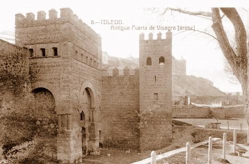Puerta de Alfonso VI o vieja de Bisagra durante su restauración, hacia 1905