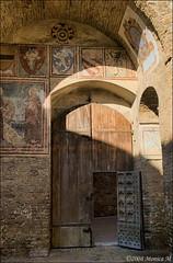 Portone (Monica M. ) Tags: italy nikon italia tuscany sangimignano toscana arco portone affresco d80 bellitalia yourcountry monicamongelli
