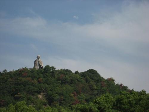 小高い山の上に弘法大師像