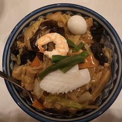 あんかけ炒飯 具沢山のあんをかきわけると炒飯!これはナイス。薄味スープも付いて900円也。