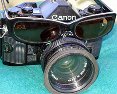 The old Canon A-1 with sunglasses. (☼ Dragonfly 2016 ☮) Tags: barcelona street camera old light summer usa sun reflection sol beach beautiful sunglasses photoshop canon mirror photo spain europe young explore cameras a1 canona1 viejo antiguo antic picnik vidrio barcelone ancien vell