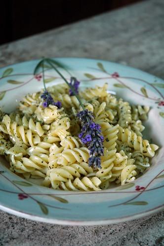 Insalata di pasta alle erbe provenzali e lavanda