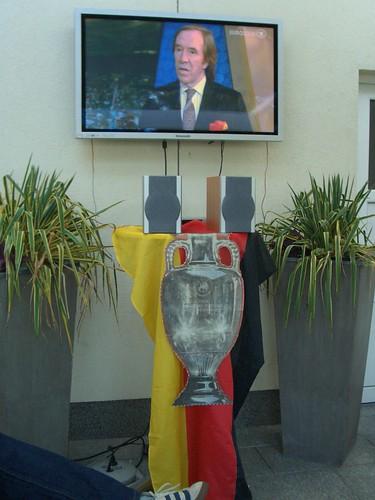 Der EM-Pokal zum Greifen nah...
