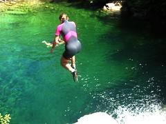 Balade aquatique du Fiumicelli inférieur : le saut obligatoire pour Caro