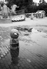 蜘蛛人|Spiderman (giggle1025) Tags: china city travel bw white man black film heilongjiang trash u2 iso100 spider fuji shot image olympus can snap memory stylus 城市 epic harbin 哈尔滨 dongbei mju2 蜘蛛人 垃圾桶