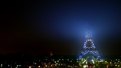 Le sommet de la tour Eiffel a disparu ... sous le brouillard (y.caradec) Tags: blue paris france fog azul night dark lumix europe bynight nuit brouillard parisbynight blueeiffeltower toureiffelbleue fz28 lumixfz28
