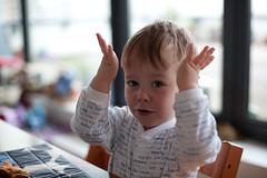 手を上に挙げて楽しそうな赤ちゃん