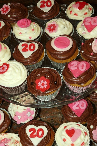20th Anniversary Cupcakes by LittleMissCupcakeParis.
