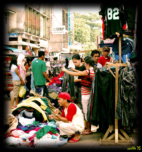 Jolo used clothes market, street, sidewalk vendor clothing Buhay Pinoy Philippines Filipino Pilipino  people pictures photos life Philippinen  菲律宾  菲律賓  필리핀(공화국)