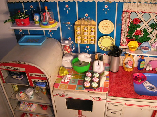 Glamour kitchen design Re-ment display. This kitchen look so full cause many things here