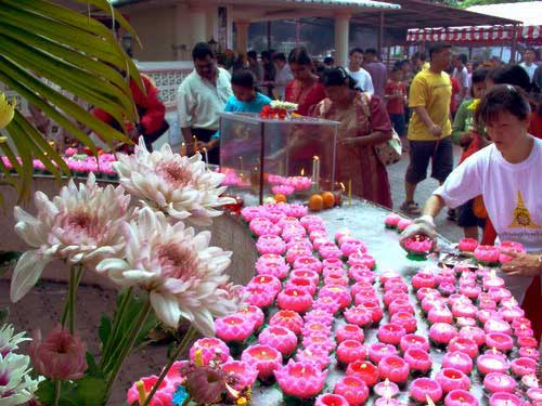 Wesak Day @ Buddhist Maha Vihara, Brickfields 2005 - 04 more lotus candles