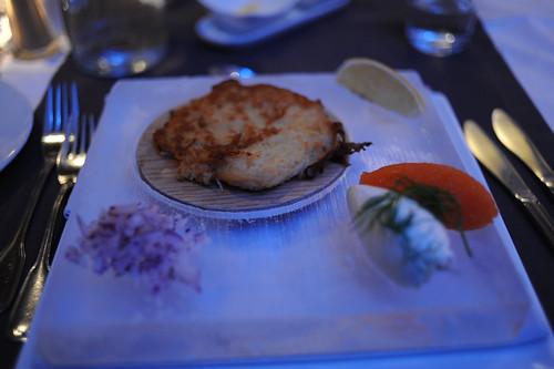 フライされた魚とキャビア、氷皿のせ