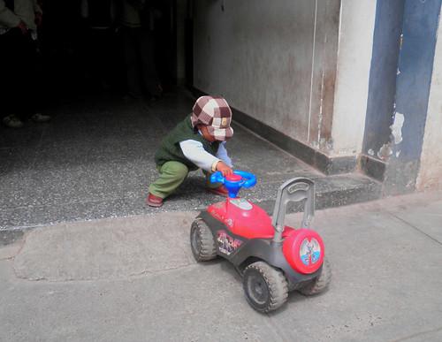 niño intenta subir carrito por rampa