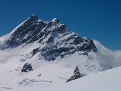 Jungfrau und Jungfraujoch , Kanton Wallis / Bern , Schweiz (chrchr_75) Tags: hurni christoph schweiz suisse switzerland swiss svizzera berner oberland berneroberland kanton bern valais wallis alpen alps berge mountains schnee snow jungfrau wengen jungfraujoch wolken clouds sphinx gletscher glacier chrchr chrchr75 chrigu chriguhurni 0606 landscape top euorpe world heritage famous star sky himmel blue blau virgin rock felsen grat ridge mountaineering observatory berne berna bärn kantonbern landschaft natur nature europe hurni060608 wetterstation hochalpine forschungsstation wetterscheide