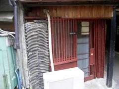 瓦づみと竹の桟、灰色とえんじ色。