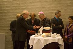 Uitreiking van een geschenk (Omroep Brabant) Tags: show licht avond denbosch jubileum begraafplaats kerkhof receptie viering omroepbrabant bisschop orthen wwwomroepbrabantnl 150jarig