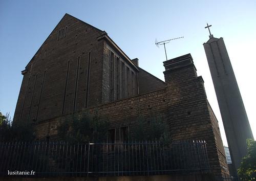 Detrás da igreja