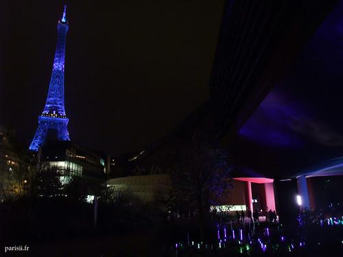 Le musée accompagne parfaitement la Tour, illuminée de bleu